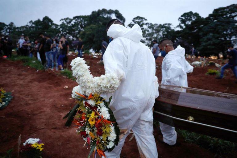 Una persona muere cada 50 segundos por la covid-19 en Brasil